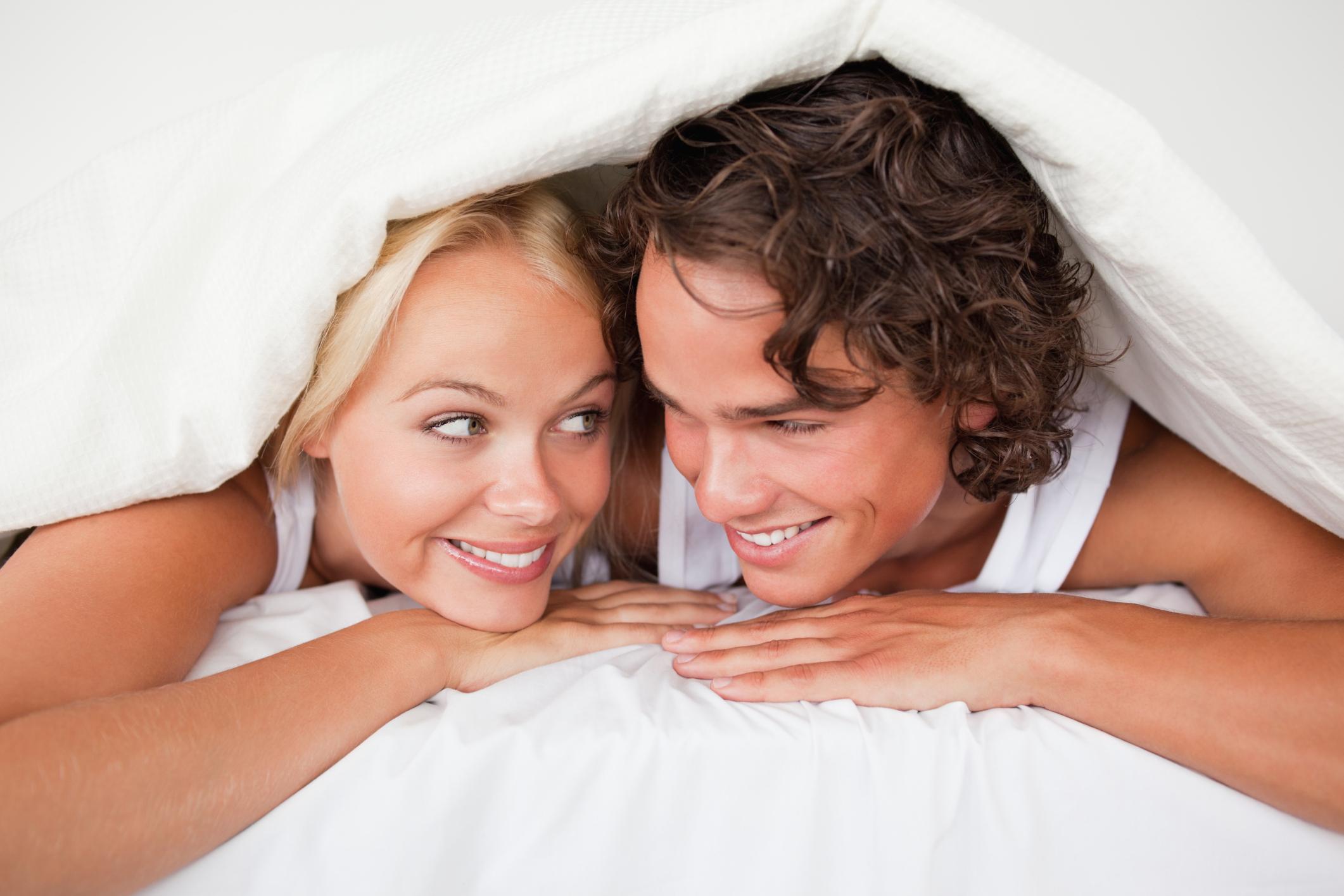 пара в кровати довольная